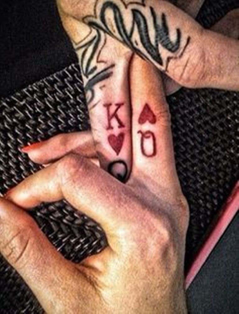 17 Stylish Queen Finger Tattoos