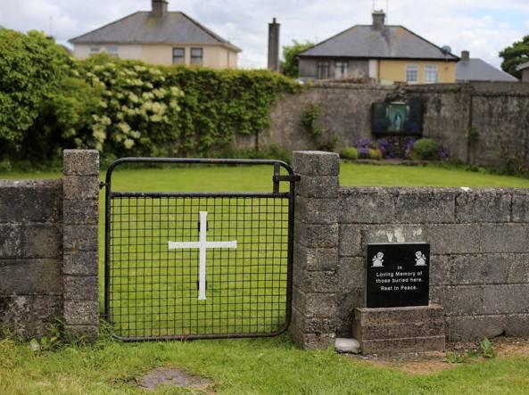 L'ingresso del sito dove è stata trovata la fossa comune (Reuters)