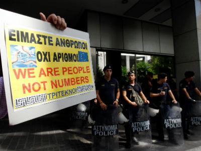 El padre de una familia numerosa protesta a las puertas del Ministerio de Finanzas en Atenas.