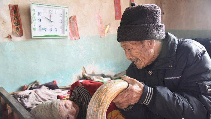 Η δύναμη της αγάπης: Αυτός ο ηλικιωμένος φροντίζει την κατάκοιτη σύζυγο του για 56 ολόκληρα χρόνια.