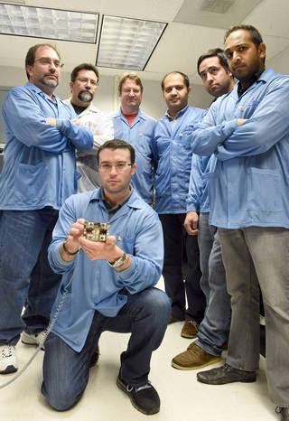 Un team di ingegneri Goddard assistiti nello sviluppo del sistema Micro Arc catodo di prua (MCAT).