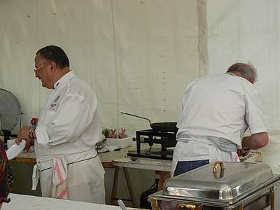 les cuisiniers s'activent à la villa des chefs.jpg