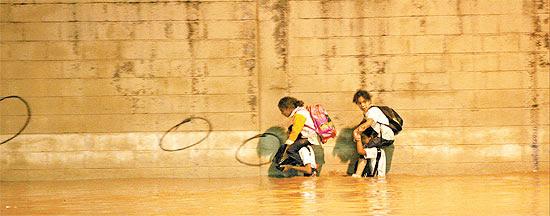Paulistanos ilhados na avenida do Estado, em São Paulo (SP), durante chuva na tarde do dia 17 de março