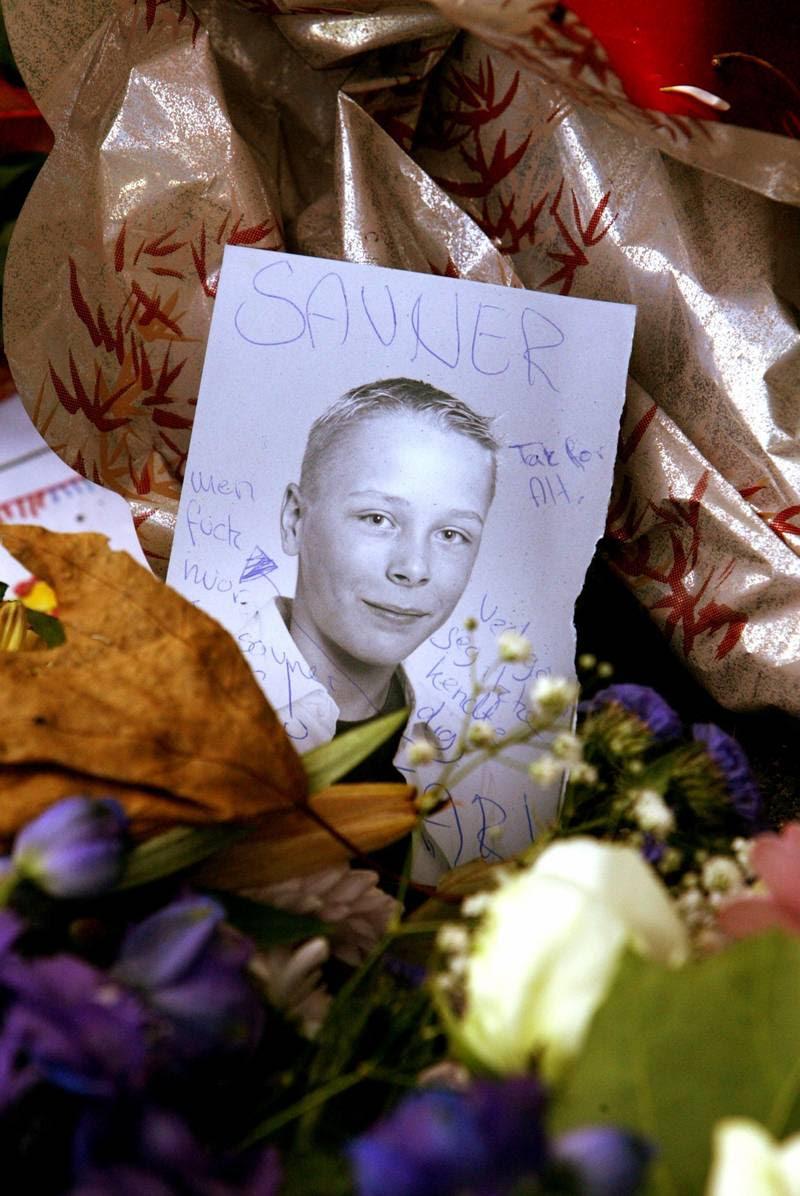 Familien til Mickey Larsen lagde foto af eks-rockeren som barn - og blomster på gerningsstedet. Mickey Larsen var på tidspunktet for sin død blevet far til en pige. (Foto: Gert Jensen)