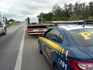Homem é preso com carreta furtada na via Dutra em São José (Foto: Divulgação/Polícia Rodoviária Federal)