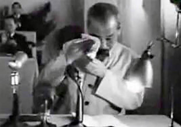 Hình ảnh ông Hồ Chí Minh rút khăn lau nước mắt.
