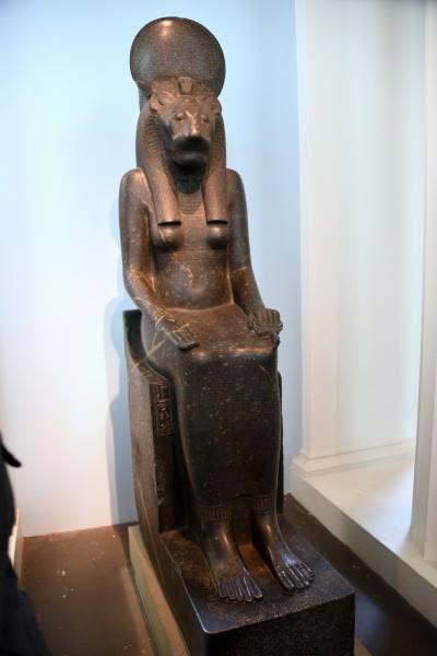 Statua di una figura seduta della dea Sekhmet