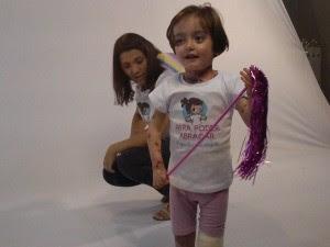 Raissa veste a camiseta da campanha 'Para Poder Abraçar' (Foto: Arquivo pessoal)