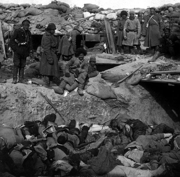 Ficheiro:Russian soldiers stand over trench of dead Japanese.jpg