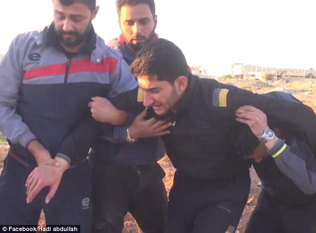 Heartbreak: imagens perturbadoras mostram pai sírio Abdul Hamid al-Yousef chorando incontrolavelmente sobre os túmulos de sua esposa e dois filhos que foram mortos em um ataque de gás sarina suspeita esta semana