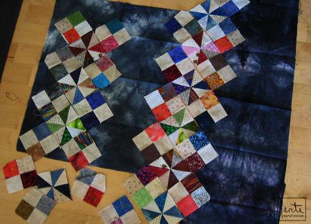 sort selvfarget stoff ser ut til å passe godt sammen med blokkene :: handdyed black faric looks nice together with the blocks