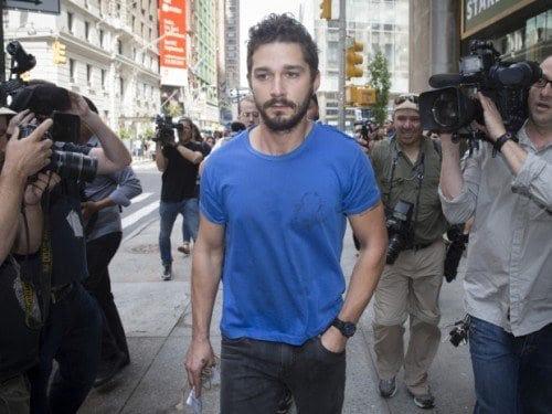 """Actor Shia LaBeouf camina a través de los medios de comunicación después de dejar Midtown Community Court tras ser detenido el día anterior por gritar obscenidades a una actuación de Broadway """"Cabaret"""", Viernes, 27 de junio 2014, en Nueva York."""