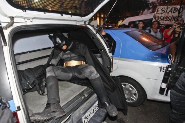 Batman é preso em protesto no Rio