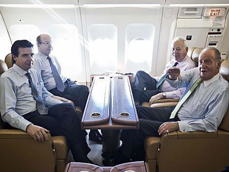 El Rey, junto al ministro de Exteriores, el titular de Industria y el jefe de la Casa Real.   Efe