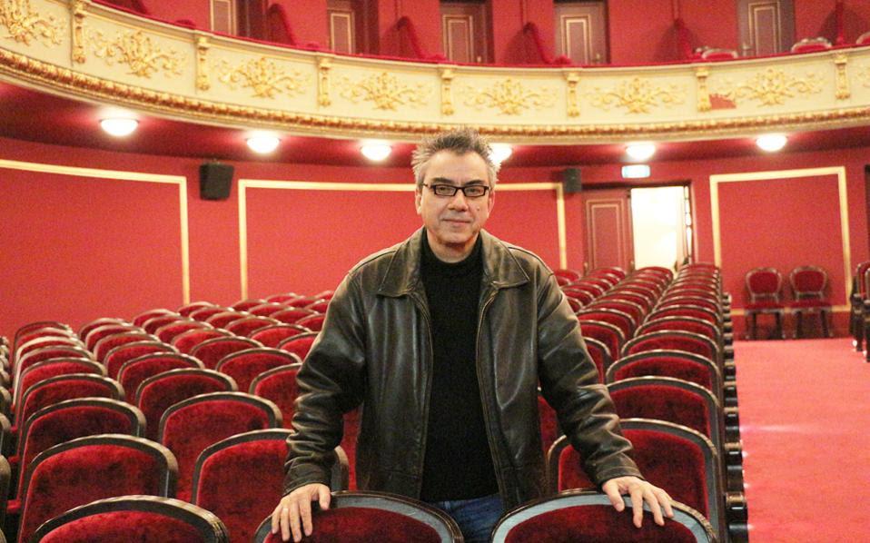 Ο Νίκος Διαμαντής έχει ζήσει στον Πειραιά και θα οργανώσει το πρόγραμμα του θεάτρου με βάση τις ευαισθησίες και τις αδυναμίες της πόλης και των ανθρώπων της.