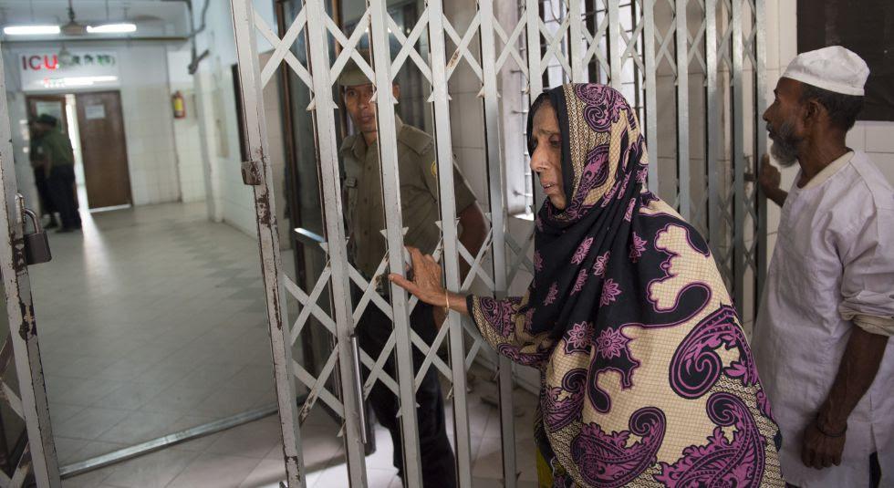 La madre de Abul Bajadar aguarda el resultado de la operación a la entrada del hospital.