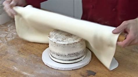 How to Decorate a Cake With Fondant ? Monkeysee Videos