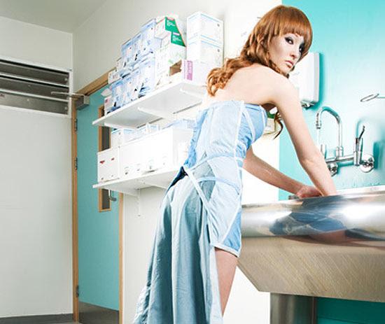 Médica faz vestidos com material hospitalar reciclado