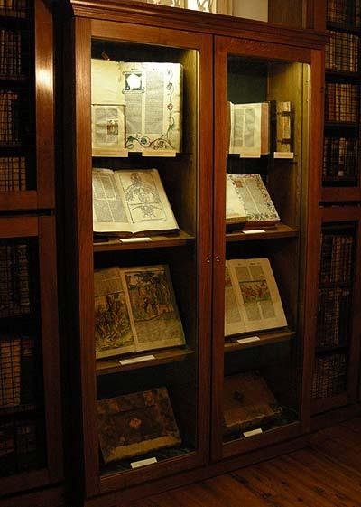 Biblioteca de la Catedral de Kalocsa, sala C, exposición de códices