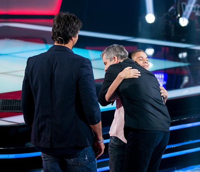 Victor abraça Elizaldo Alves após sua Audição no The Voice Kids (Foto: Isabella Pinheiro/Gshow)