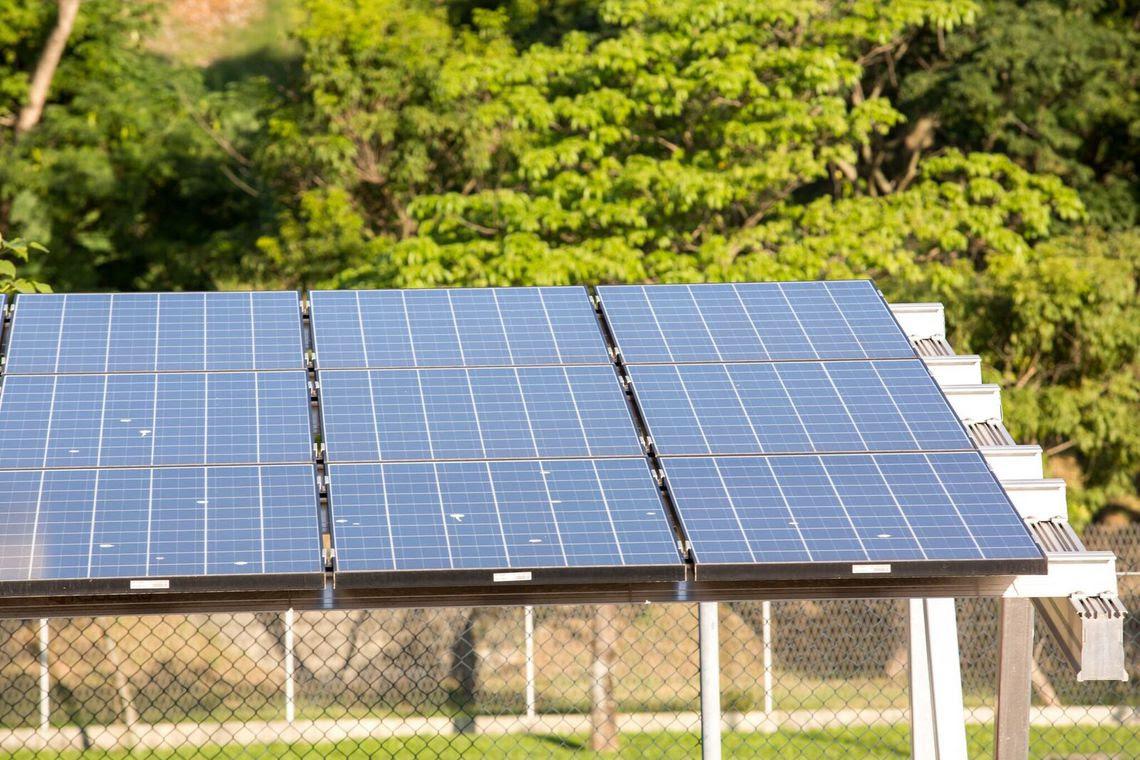 Placas de energia solar instaladas para gerar eletricidade