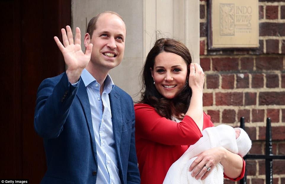 Estaban felices de pararse y saludar a la multitud hasta que Kate se preocupó por cuán frío podría estar su nuevo hijo y regresó al Ala Lindo.