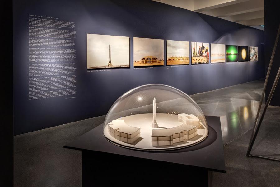 """""""Icarus 13"""", de Kiluanji Kia Henda, 2008, fotografía y escultura. Cortesía del artista y Galleria Fonti, Nápoles. Vista de la exposición """"Afro-Tech and the Future of Re-Invention (Afro-Tech y el futuro de la reinvención)"""", en el HMKV, Dortmunder, Alemania, 2017-2018. Foto: Hannes Woidich"""