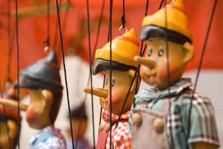http://liesidotorg.files.wordpress.com/2011/12/pantins-marionnettes.jpg