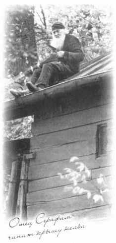 Vater Serafim repariert das Dach seines Kellion