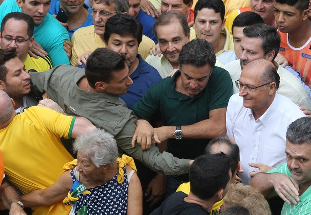 O presidente nacional do PSDB, senador Aécio Neves (MG) e o governador Geraldo Alckmin, desistiram de discursar após serem hostilizados em protesto na Avenida Paulista (Foto: Paulo Kirilos;Agência O Globo)
