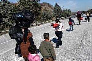Un gruppo di profughi nei pressi del confine greco-macedone.