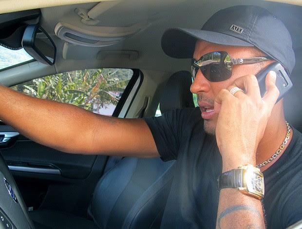 Deivid do Flamengo fala ao telefone (Foto: Janir Junior / GLOBOESPORTE.COM)