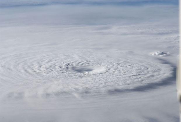 Imagem divulgada pela Nasa nesta terça-feira (40 mostra o tufão Bopha no domingo (2) (Foto: AP)