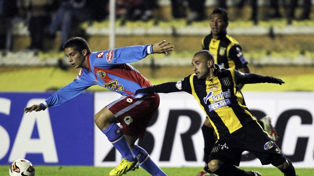 Ivan Marcone e Cristaldo, The Strongest x Arsenal-ARG (Foto: Reuters)