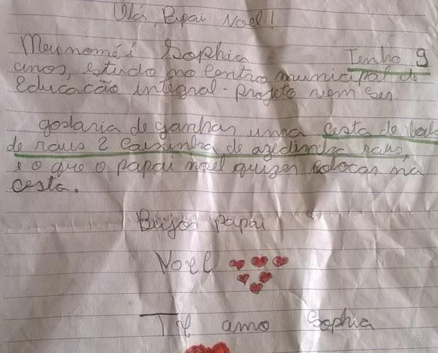 Carta diz que garota quer 'ganhar uma cesta com bala Halls, dois pacotes de azedinhas Halls e o que o Papai Noel colocar na cesta' (Foto: Aline Silveira Braga/VC no G1)