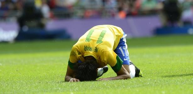 Neymar lamenta chance perdida pela seleção brasileira na partida contra o México