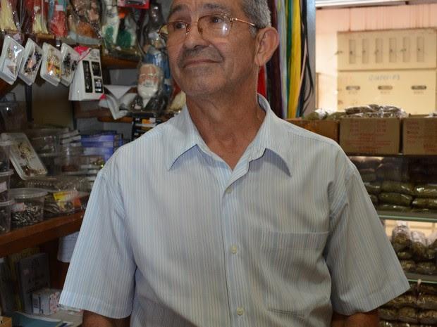Dono de uma loja de produtos religiosos, Ademar Filgueira diz que não é muito superticioso, mas toma banho de sais todo ano (Foto: Nathacha Albuquerque/G1)