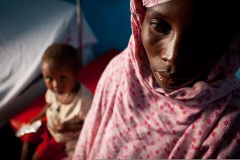 Una mujer con su hijo en una clínica de Somalia. | Save the Children