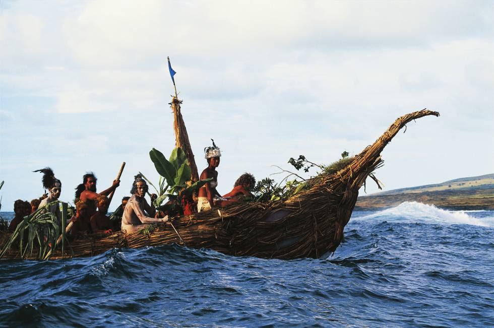 Habitantes de la isla chilena de Pascua durante una competición de canoas.