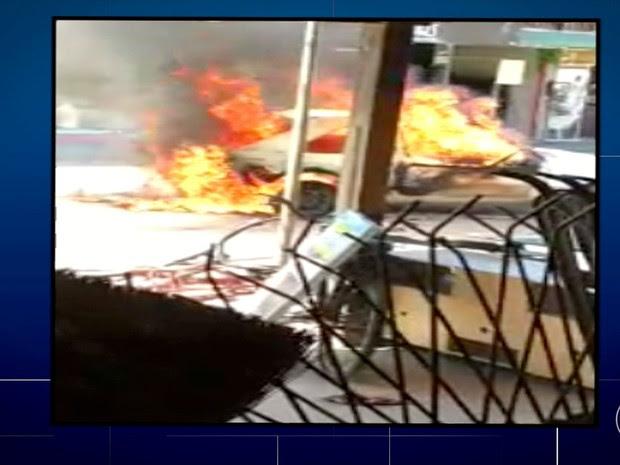 Uma pessoa que ateou fogo no carro em meio a confusão, em Araruama, foi detida (Foto: Reprodução/Inter TV)