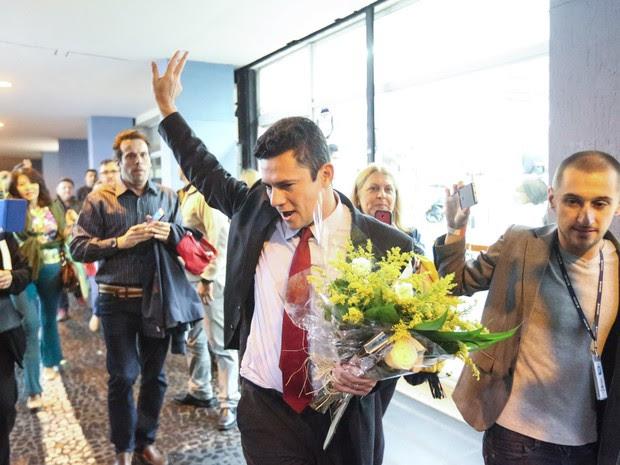 Sérgio Moro, juiz federal responsável pelo processo da Operação Lava Jato, é ovacionado durante lançamento de livro em São Paulo. Durante sua chegada manifestantes, que pediam o impeachment de Dilma Rousseff, cantaram o hino nacional e gritaram 'Fora PT' (Foto: Alex Silva/Estadão Conteúdo)