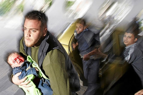 Un niño palestino herido durante 'Plomo Fundido' es llevado a un hospital de Gaza. | Reuters