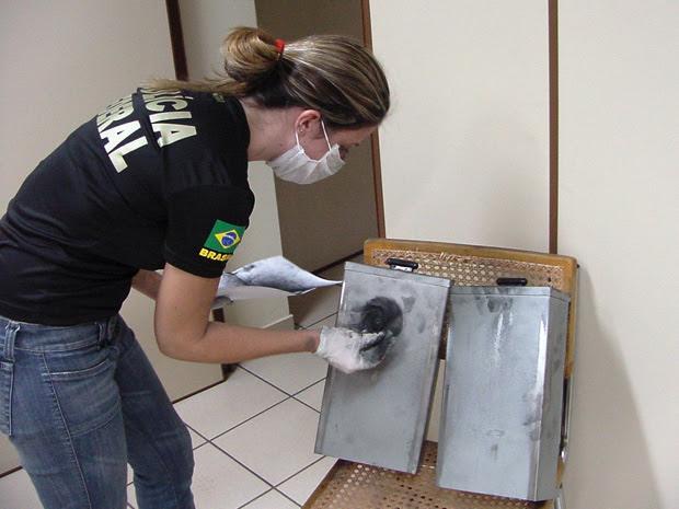 Natália Coimbra de Souza faz perícia de impressões digitais durante o caso do assalto aos Correios, em 2008, no Mato Grosso do Sul (Foto: Arquivo Pessoal)