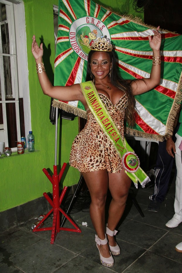 Aninha Absurda em coroação no Rio (Foto: Isac Luz/EGO)