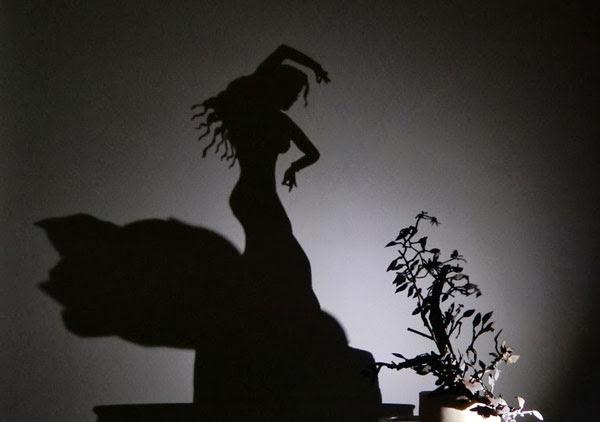 """perierga.gr - """"Ζωγραφίζοντας"""" στους τοίχους με...σκιές!"""