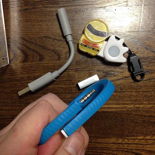 とはいえまずは充電。キャップを外すと、データ転送&充電用のイヤホンジャックが。