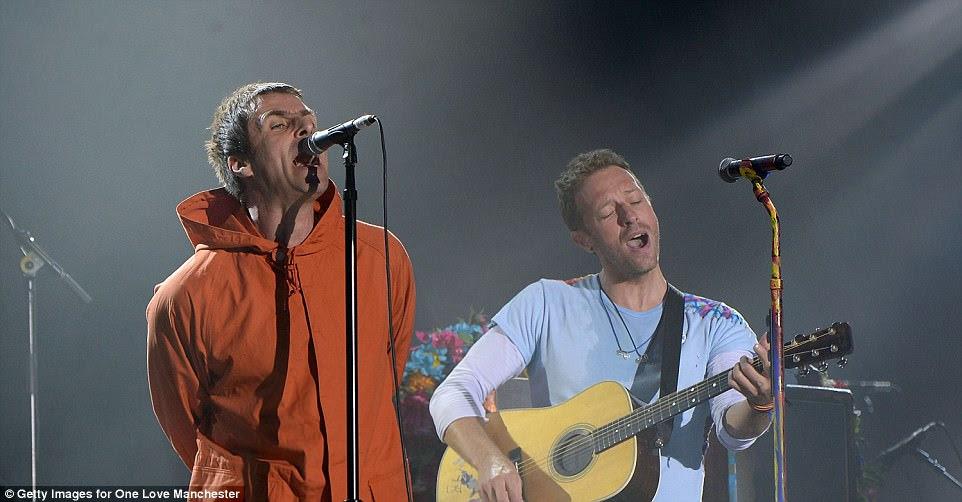 Delight: O casal executou a pista Live Forever para milhares de fãs