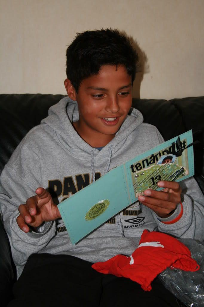 Patrick leser kortet sitt..