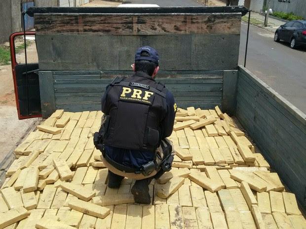 Polícia fez buscas após desconfiar da CNH do motorista (Foto: PRF/Divulgação)