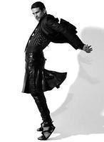 José Mari Manzanares se pone la falda para torear en la revista «V Man»